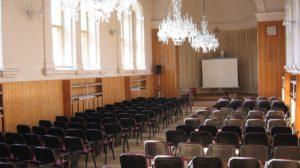 Aula zdobená křišťálovými lustry v prostorách bývalé kaple