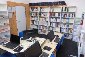 Knihovna a studovna je vybavena počítači s připojením k internetu, nabízí kopírování, tisk, skenování, laminování a kroužkovou vazbu