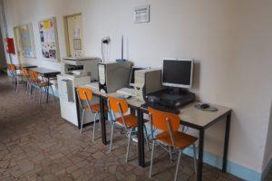 Studentům jsou k dispozici PC s připojením k internetu i kopírka