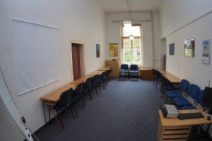 Učebna sociální práce slouží zejména k sociálně-psychologickému výcviku v malých skupinách
