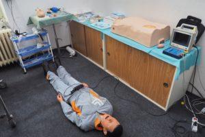 Odborná učebna urgentní medicíny s elektronickým intubovatelným resuscitačním modelem, pacientským monitorem a IV trenažérem